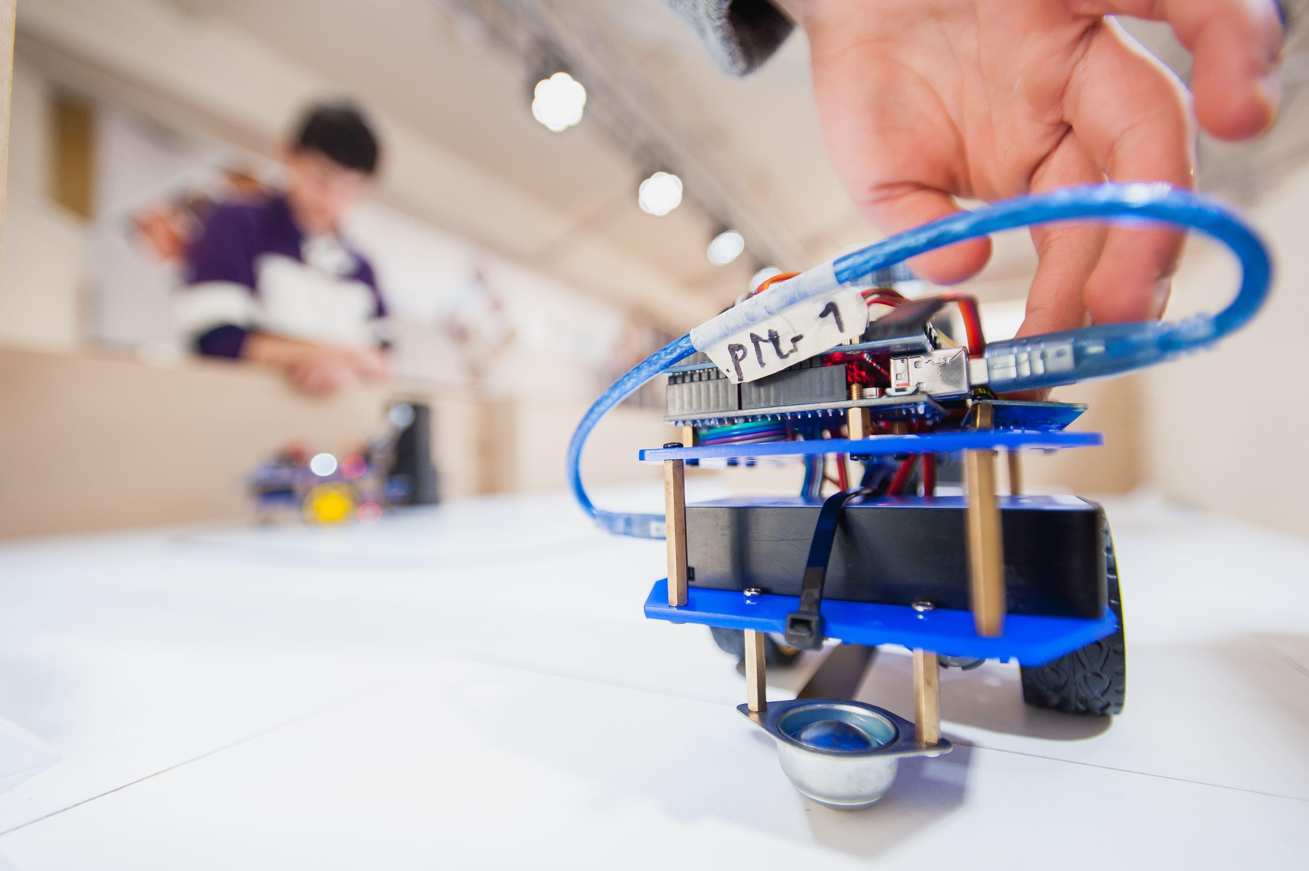 Exitosa participación de escolares del programa de robótica educativa Mustakis ganan campeonato de autos solares en Santiago.