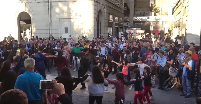 Flashmob de Fundación Mustakis sorprende en Plaza de Armas